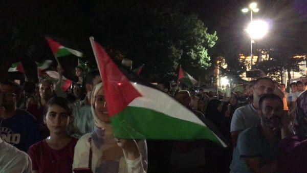 أعلام فلسطين خلال أمسية في إسطنبول نصرة للمسجد الأقصى المبارك – 28-7-2017